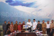 PEMKAB OKU SELATAN TERIMA PIAGAM PENGHARGAAN PEMERINTAH REPUBLIK INDONESIA ATAS OPINI WTP LAPORAN KEUANGAN TAHUN 2017